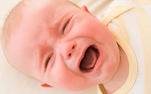 40 günlük bebek emerken ağlıyor