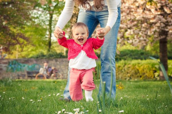 bebekler ne zaman yürümeye başlar