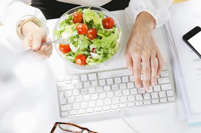 çalışma masasında yemek yemek