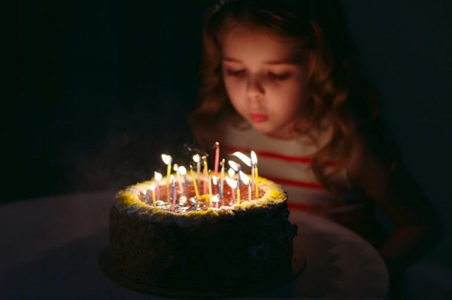 doğum günü mumu üflemek